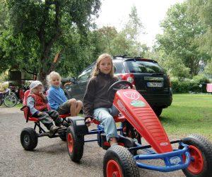 Kinder mit Gocart-001